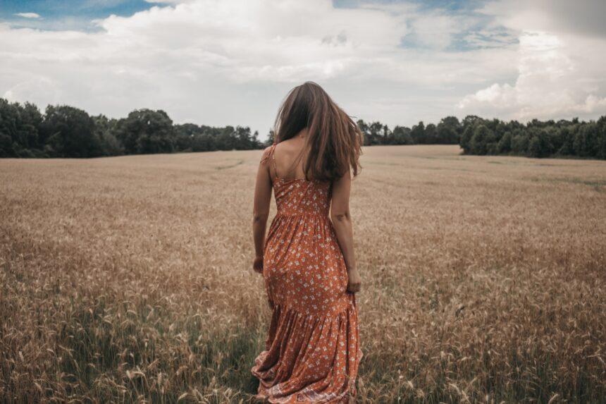 Najmodniejsze fasony sukienek idealnych do pracy